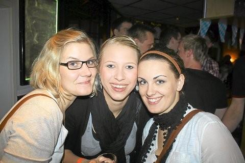 """Schöne Aussichten: Diese drei jungen Frauen hatten offensichtlich ihren Spaß bei der """"Apfelnacht"""".Fotos: (vba)"""