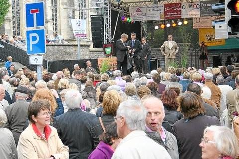 Dichtes Gedränge herrschte gestern vor der Bühne am Kirchplatz, als Models aktuelle Mode präsentierten.Fotos: (akö)