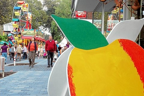 Ab morgen dreht sich in Schöppingen zwar nicht alles, aber vieles um Äpfel: Das Fest im Ortskern soll in diesem Jahr größer sein als je zuvor. Foto: (Rupert Joemann)
