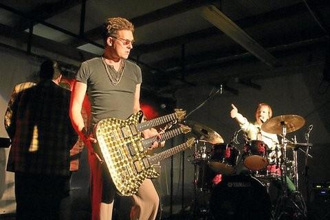 Bei der Show der Familie Popolski jagte ein Höhepunkt den nächsten. Hier präsentiert Gitarrist Mirek Popolski (Mirko van Stiphaut) seine dreihalsige Stratocaster-Gitarre. Schlagzeuger Pavel (Achim Hagemann) sagt ihn an.Fotos: (Frank Zimmermann)