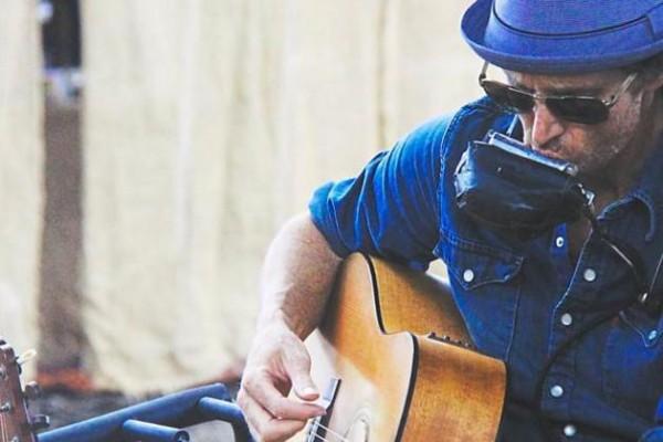 Ein Musiker, eine Band, viele Instrumente