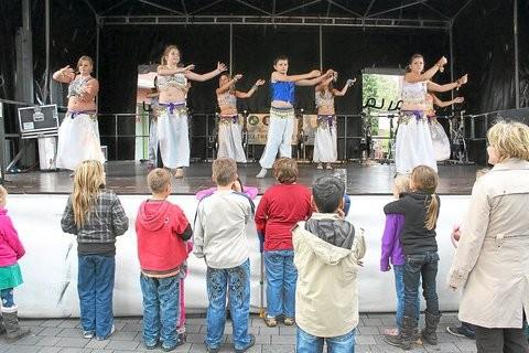 Junge Tänzerinnen und Tänzer präsentieren auf der Bühne orientalischen Bauchtanz.Foto: (Alfons Körbel)