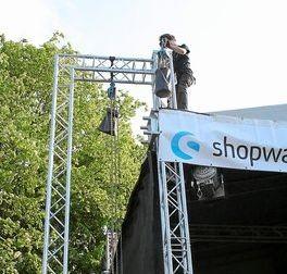 Kaum ist das Bühnendach oben, klettert dieser Arbeiter hinterher und arbeitet in luftiger Höhe weiter.Fotos: (fz)