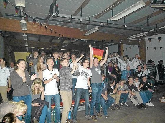 Fußballfans jubeln in der Kulturhalle
