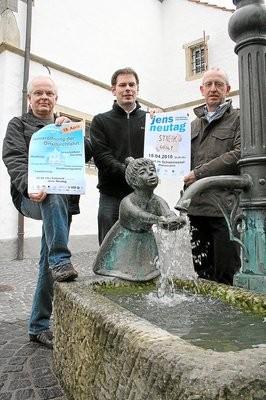 Der Brunnen am Alten Rathaus ist nur einer von zahlreichen Orten, an denen bei der Einweihung spritzig gefeiert wird, versprechen (v. l.) Friedhelm Egbert (Initiative), Andre Leugermann (Kulturring) und Franz-Josef Gausling (Gemeindeverwaltung).Foto: fz